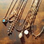 ᗩTTEᑎTIOᑎ à ᒪᗩ ᐯᗩGᑌE// de jolis colliers 🌊☀️ Il y a ᑕEᒪIᗩ, ᗩᗪᖇIᗩᑎᗩ EᒪOᖇᗩ et puis ᗰᗩIᗩ ᗰᗩᕼE ᗩᗰEᒪIᗩ et sans oublier ᑭᗩᒪOᗰᗩ! Lequel préférez-vous? . . . . . . . . #latelierdubijoutier #latelier_du_bijoutier #bijoux #jewels  #plaqueor #argent #mode #fashion #style #qualite #quality #bijouxpourlavie